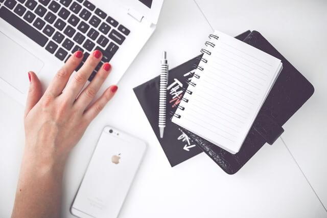 woman-hand-smartphone-desk-1